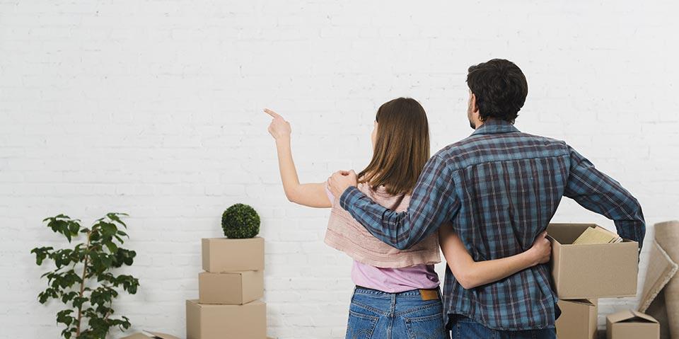 couple devant cartons de demenagement